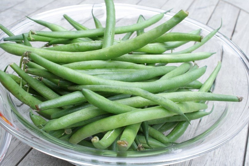 green beans in glass bowl